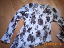 Extravagante, leicht transparente Bluse m.asymetrischem Abschluss