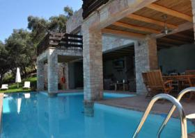 Fantastic villa with huge swimming pool direct by the sea/Greece