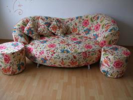 Farbenfrohes und in einem unkoventionell modernen Design gehaltenes Sofa mit zwei Hockern günstig abzugeben!