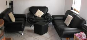 Fast neue Kunstledercouch Schwarz  3+2+Sessel + Hocker (ca 2 Jahre alt )