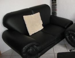 Foto 2 Fast neue Kunstledercouch Schwarz  3+2+Sessel + Hocker (ca 2 Jahre alt )