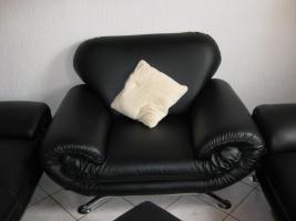 Foto 3 Fast neue Kunstledercouch Schwarz  3+2+Sessel + Hocker (ca 2 Jahre alt )