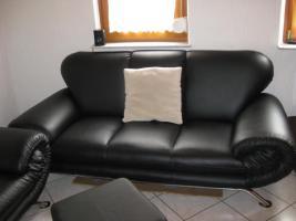 Foto 4 Fast neue Kunstledercouch Schwarz  3+2+Sessel + Hocker (ca 2 Jahre alt )