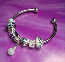 Feminer Silberarmreif mit Beads & Charms Style