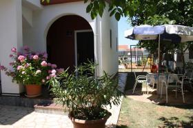 Foto 3 Ferienhaus mit 3 Ferienwohnungen in Valbandon bei Pula bis zu 12 Personen
