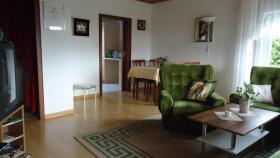 Wohnzimmer,Tisch mit Essecke Und Eingang zur Küche