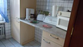 Küche mit Einbauküche, Mikrowelle, Kaffeemaschine, Toaster, Wasserkoch