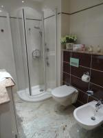 Modernes Bad mit Dusch und Bidet
