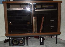 Fernseh- u. Phonoschrank Nußbaum, 2 Glastüren, 3 Schubladen,