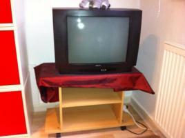 Fernsehgerät mit Tisch
