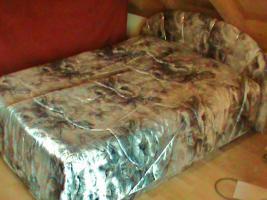 Französisches Bett mit Matratzen und Tagesdecke