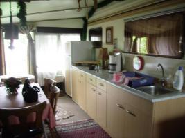 Teilansicht der Einbauküche im Vorzelt