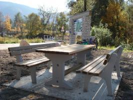 Gartenbänke und Tische