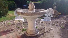 Gartenbrunnen und 2 passende Stühle