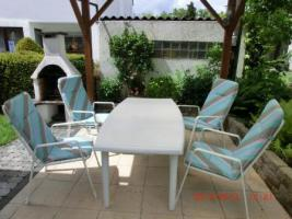 Gartenmöbel, 1 Tisch und 4 Hochlehnerstühle mit Auflagen
