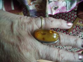 Gebe einen silbernen Ring mit Bernstein ab.