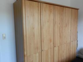 Foto 2 Geräumiger 5-türiger Kleiderschrank mit Echtholztüren aus Buche, wie neu,