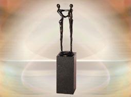 Geschenke Mitarbeiterjubiläum Skulptur Der Händedruck erhältlich bei trendKreativ