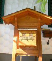 Geschnitzer Holzpostkasten