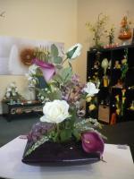 Gesteck in lila und weiß