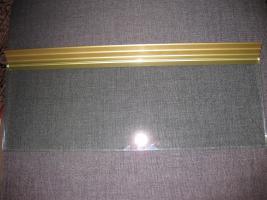 Glasablage mit dekorativer Messingschiene