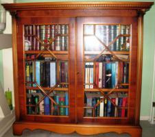 Glasvitrine/Bücherschrank Vollholz Eibe englischer Stil