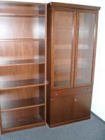 Glasvitrine mit Unterschrank, Bücherregal