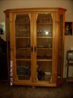 Glasvitrine aus hellem Holz