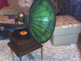 Grammophon Fa. Engel und sehr alte Schreibmaschine Olympia zu verkaufen.