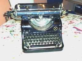 Foto 2 Grammophon Fa. Engel und sehr alte Schreibmaschine Olympia zu verkaufen.