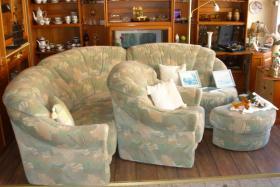 Große, gemütliche Couchgarnitur mit Rundecke und Fußhocker