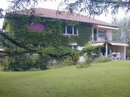 Großes Wohnhaus mit zwei Wohnungen und großem Garten