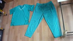 Grüner Hausanzug/Schlafanzug mit weißen Blümchen