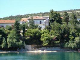Gruppenhaus in Posedarje in Dalmatien direkt am Meer bestehend aus 5 Ferienwohnungen
