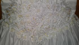 Günstiges weißes besticktes Brautkleid