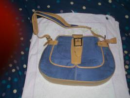 Gut Erhaltene Blaue Damenhandtasche.