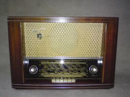 Gut erhaltenes und voll funktionstüchtiges Röhrenradio zu verkaufen.