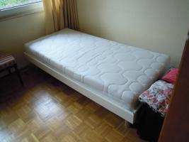 Gutes solides Einzelbett