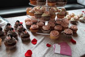 Foto 12 HAUSGEMACHT: Cupcakes im Hochzeitskleid, die etwas andere Hochzeitstorte! Ein bisschen crazy aber toll ! - Der ganz neue Trend -