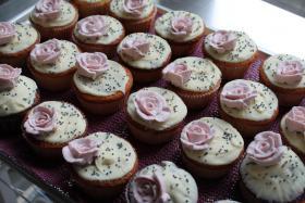 Foto 15 HAUSGEMACHT: Cupcakes im Hochzeitskleid, die etwas andere Hochzeitstorte! Ein bisschen crazy aber toll ! - Der ganz neue Trend -
