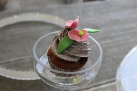 Foto 24 HAUSGEMACHT: Cupcakes im Hochzeitskleid, die etwas andere Hochzeitstorte! Ein bisschen crazy aber toll ! - Der ganz neue Trend -