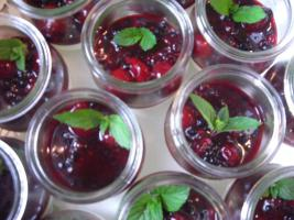 Joghurt-Mousse mit Waldbeerenragout