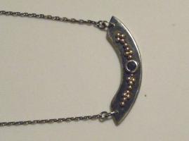 Halskettchen aus Silber und Gold mit Edelsteinen besetzt