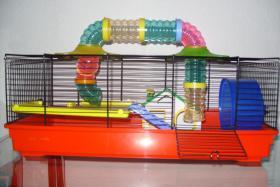 Hamsterkäfig mit Zubehör- fast neu - nur 4 Tage genutzt