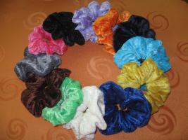 Handgearbeitete Haargummis aus Pannesamt in vielen Farben