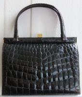 Handtasche in Kroko-Optik aus schwarzem Leder