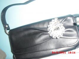 Handtasche schwarz mit brosche