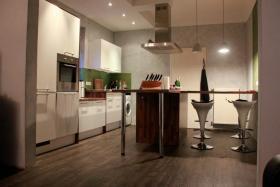 Helle stilvolle 3-4 Zimmer-Erdgeschoss-Wohnung mit hohen Decken und seperatem Eingang im 3-Parteien-Haus inkl. Garten und 2 Terrassen