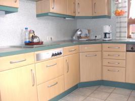 Helle, gepflegte Küche L-Form Eichennachbildung