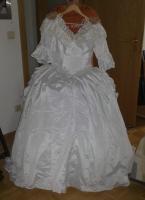 Hochzeitskleid mit Reifenrock Kopfschmuck und kurzer Schleier